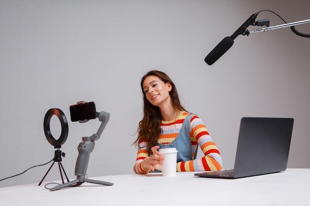 Streamer professionnel jeune belle femme. diffusion en direct. courant.