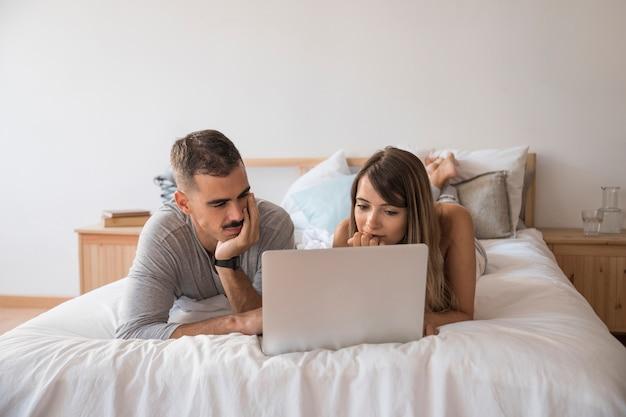 Streaming concept avec couple sur lit