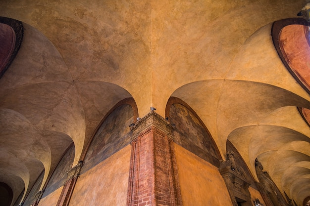 Street view avec galerie dans la ville de bologne en italie