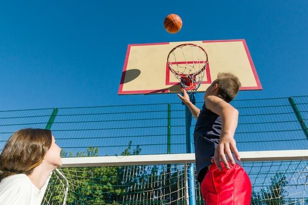 Streetball match de basket avec deux joueurs