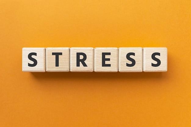 Stress du texte sur la pression ou la tension des cubes en bois
