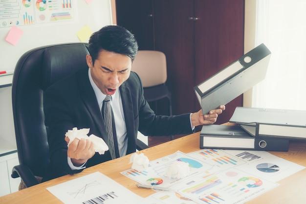 Stress d'homme d'affaires et papier froissé