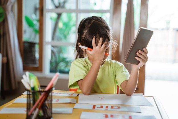 Stress kid pendant l'apprentissage en ligne à domicile
