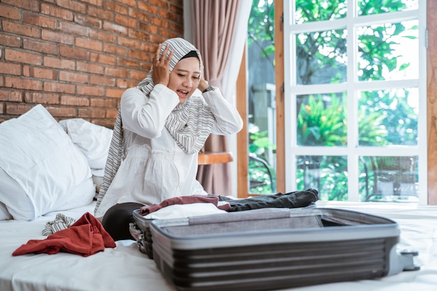 Stress musulman femme emballant ses affaires