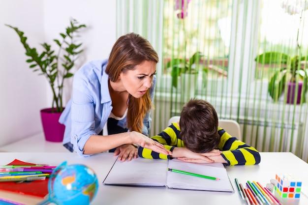 Stressé mère et fils frustrés par l'échec des devoirs, concept de problèmes scolaires.