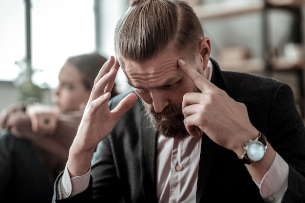 Stressé et nerveux. gros plan sur un père portant une montre à main se sentant stressé et nerveux après une grosse dispute