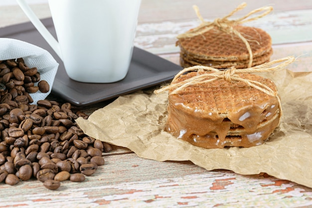 Stroopwafels empilés sur du papier brun, attachés avec de la ficelle de sisal.