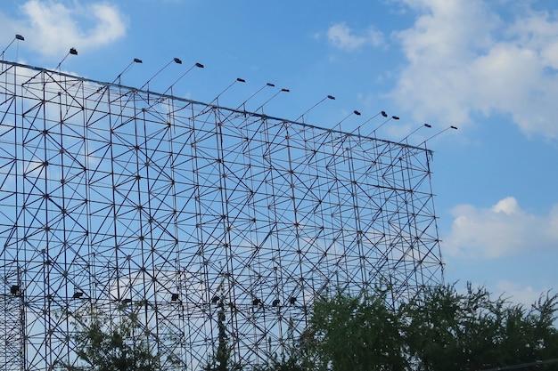 Structure en acier du panneau d'affichage vide avec projecteur. concept industriel et commercial.