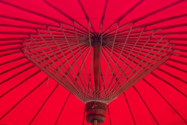 Structure de bambou parapluie rouge