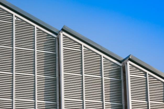 Structure de bâtiment moderne et toit en acier