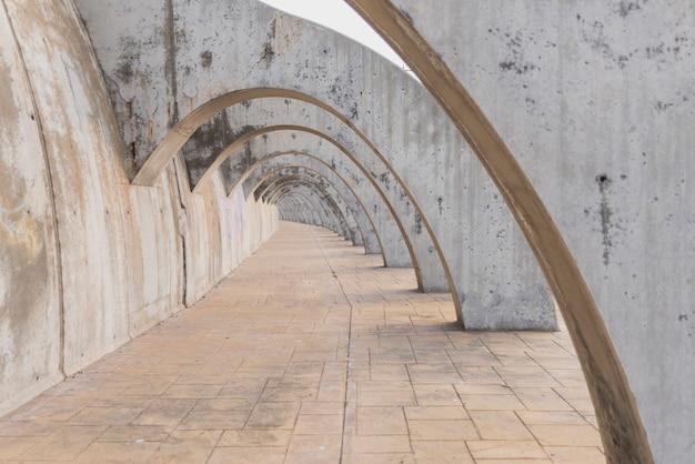 Structure en béton avec des arcs