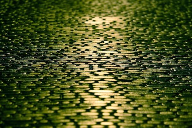 Structure de la chaussée dans la nuit le reflet des lumières