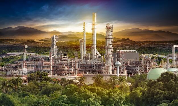 Structure du bâtiment de la raffinerie de pétrole en scène rurale au coucher du soleil