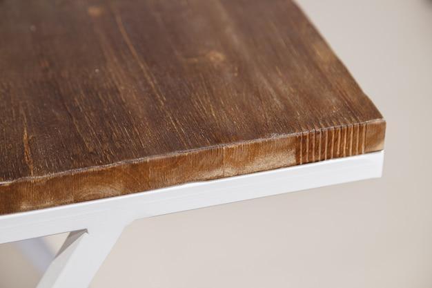 Structure en métal et table basse en bois