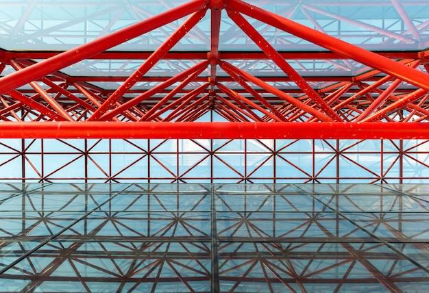 La structure métallique abstraite urbaine rouge de l'immeuble de bureaux