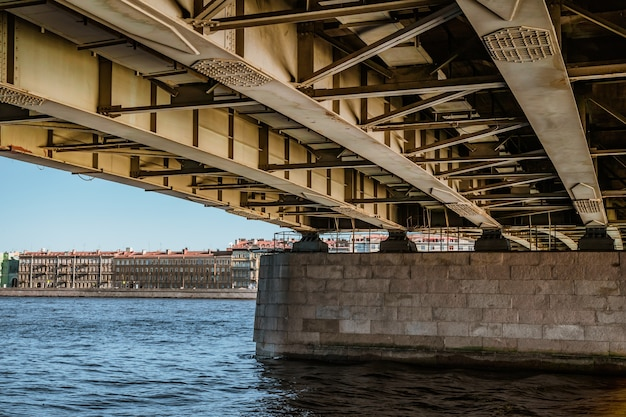 Structure métallique sous le pont st petersburg