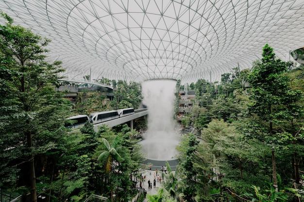 Structure moderne dans un jardin botanique