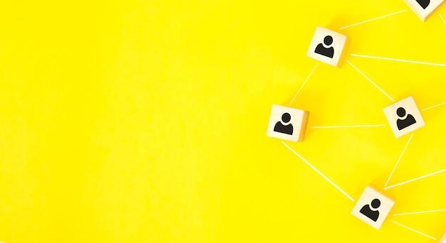 Structure organisationnelle, team building, recrutement, gestion d'entreprise et concepts de ressources humaines. icônes de personne sur des cubes en bois liés les uns aux autres.