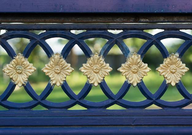 Structure et ornements en fer forgé et porte