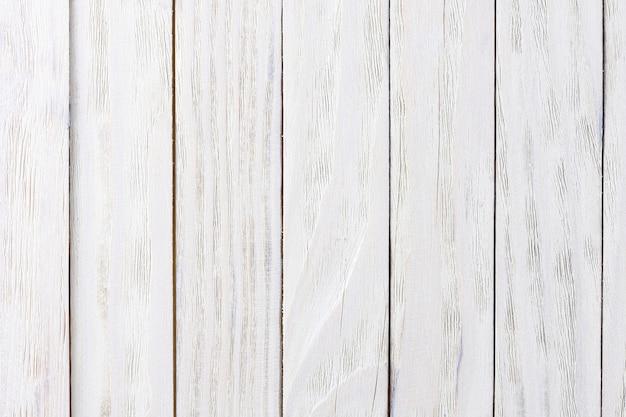 Structure des planches minables de couleur blanche, située en arrière-plan.