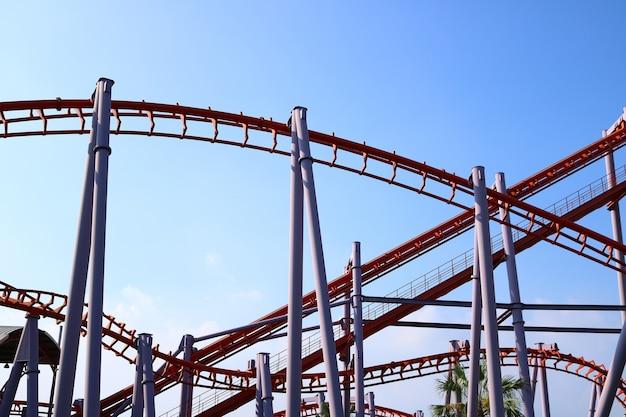 Structure de roller coaster avec un ciel bleu