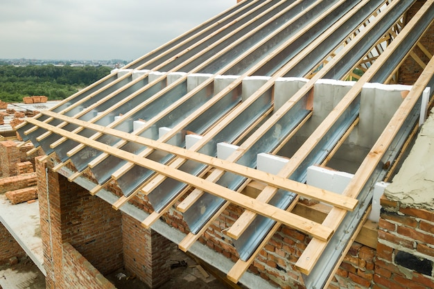 Structure de toit en acier inoxydable pour future toiture en construction. développement d'une charpente métallique sur le dessus de la maison.