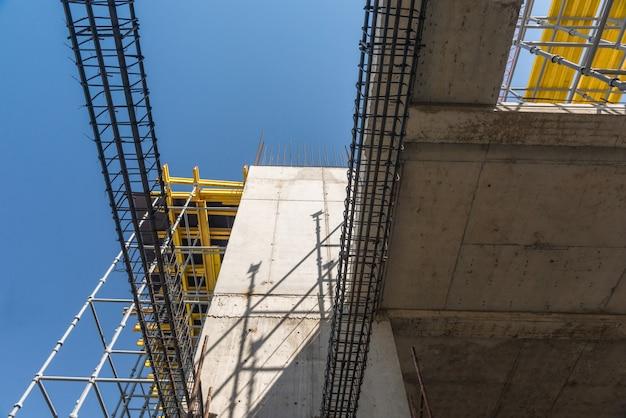 Structures métalliques en béton du bâtiment en construction. échafaudages et supports