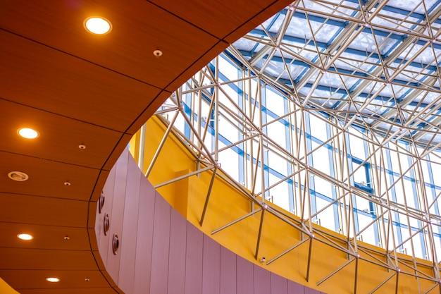 Structures métalliques du plafond d'un grand immeuble de grande hauteur