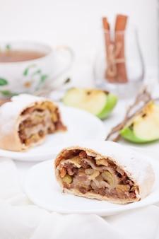 Strudel aux pommes à la cannelle, noix, vertical.