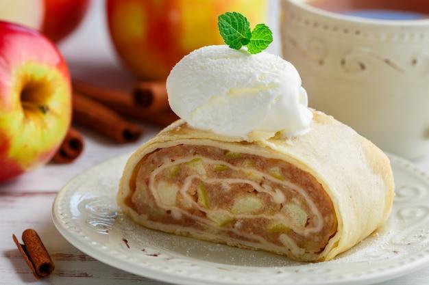 Strudel aux pommes et glace à la cannelle et à la vanille