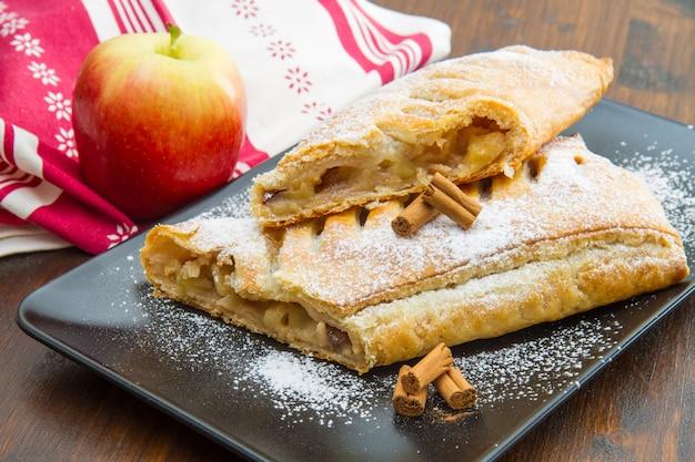Strudel aux pommes avec pomme fraîche et cannelle