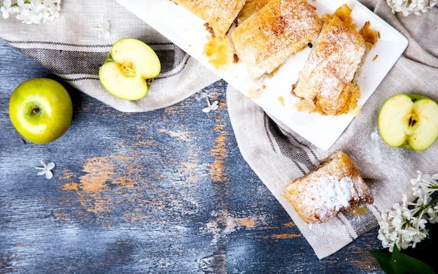 Strudel pomme et sucre en poudre.