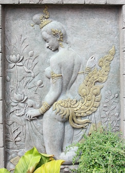 Stuc d'art de la mythologie thaïlandaise sur le mur du temple.