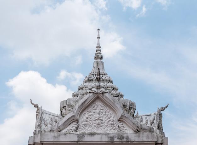 Stuc blanc sur le toit du pavillon.