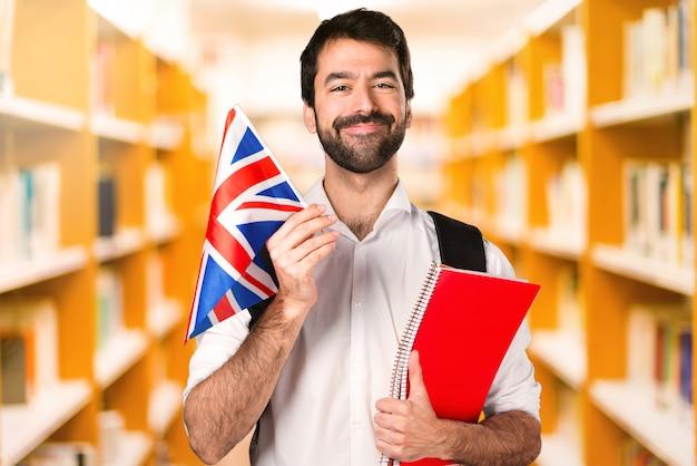Student man ___ sur une bibliothèque défocalisée