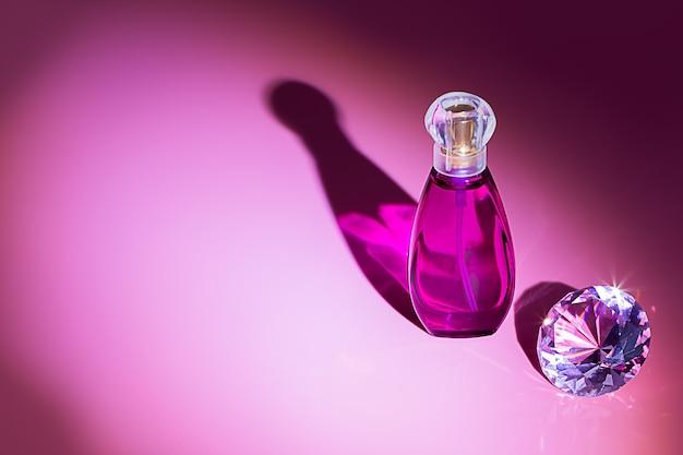 Studio de bouteilles de parfum tourné sur un fond coloré avec reflet. parfums, cosmétiques