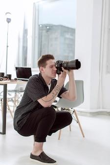 Studio de bureau et photographe prenant des photos