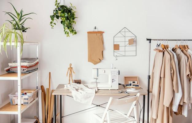 Studio de couture vue de face avec vêtements