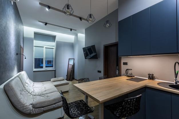 Studio de cuisine de style loft, dans des couleurs sombres