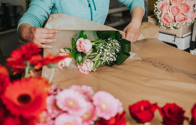 Studio de floristique professionnel, attacher une fleur de mariage, fleuriste