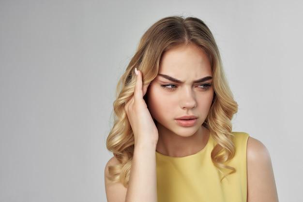 Studio de fond clair coiffure à la mode belle femme