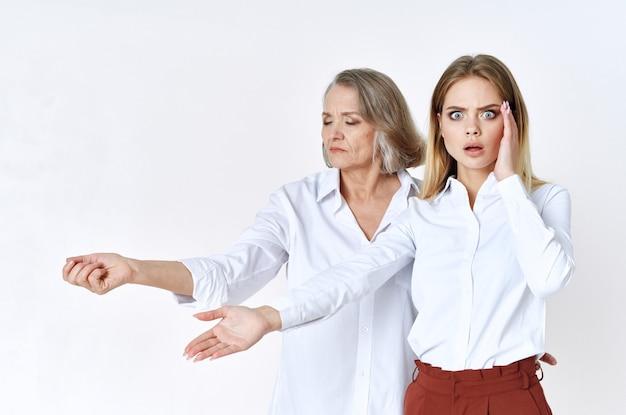 Studio mignon grand-mère et petite-fille posant un fond clair amusant