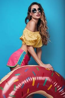 Studio de mode estivale lumineux de belle femme élégante