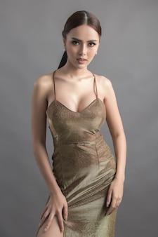 Studio mode photo de femme asiatique