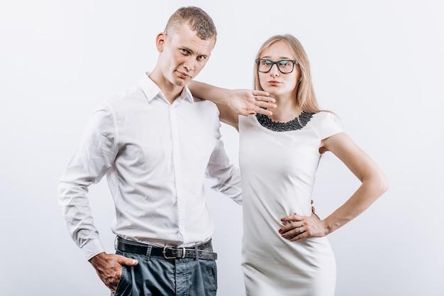 Studio photo de couple hétérosexuel passionné posant sur fond blanc