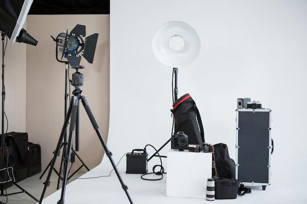 Studio photo avec équipement d'éclairage et appareil photo numérique