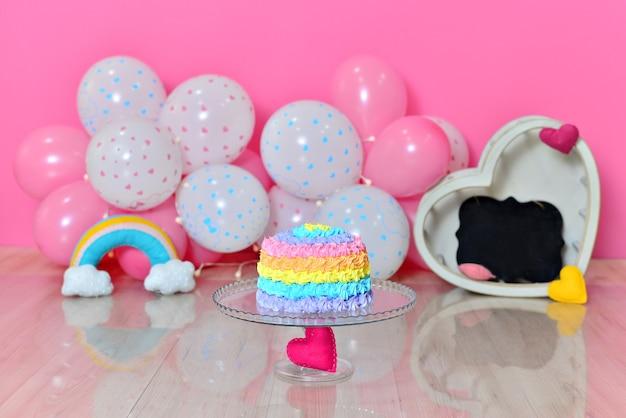 Studio photo pour enfants. paysage de fille avec un gâteau coloré. écrase le gâteau.