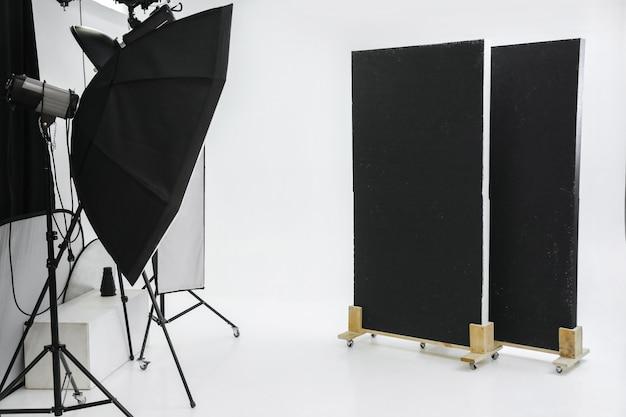 Studio photo vide avec équipement d'éclairage professionnel