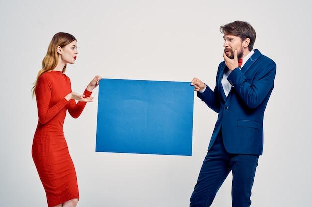 Studio de publicité de mode d'affiche d'affiche d'homme et de femme mignon. photo de haute qualité