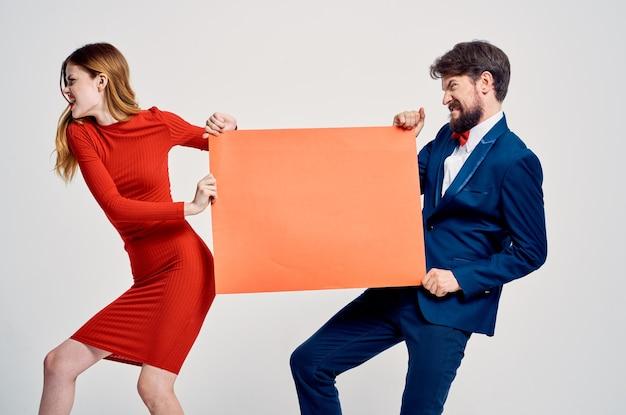 Studio de publicité de présentation d'affiche de maquette rouge homme et femme